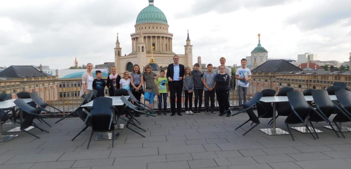 2017_Besuch_im_Landtag_Gruppenbild-Comenius-Schule-