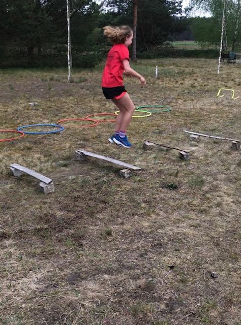 Eine Schülerin unserer Schule bestreitet einen eigenst entwickelten Parcour