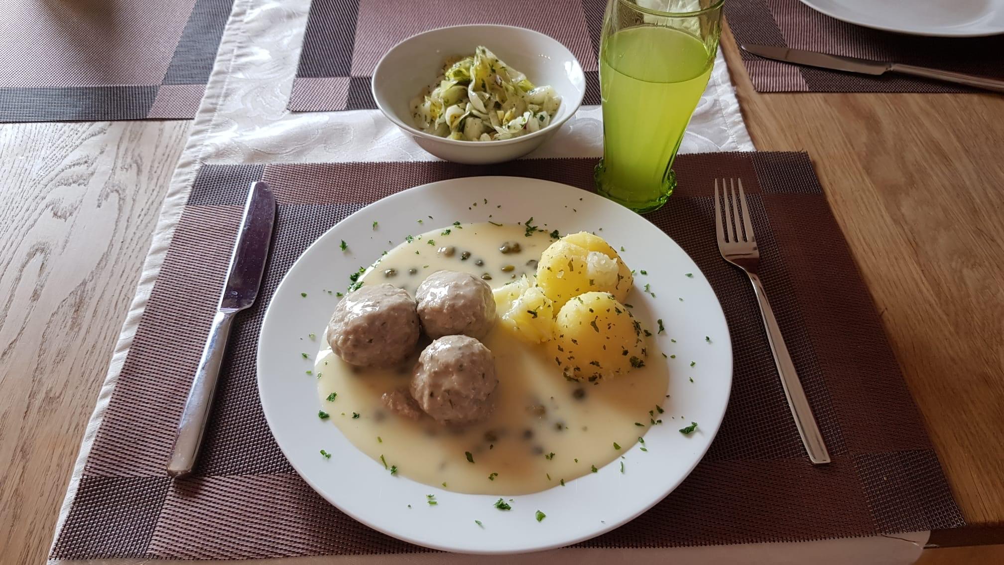 Königsberger Klopse mit Kartoffeln und Weißkrautsalat